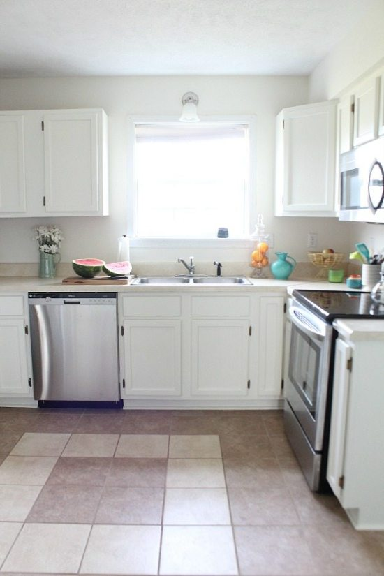cottage-kitchen-light-and-bright-painted-cabinets-sw-dover-white